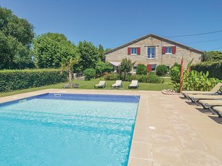 Nice home in St-Jean-de-Maruéjols w/ WiFi and 6 Bedrooms (FLG422)