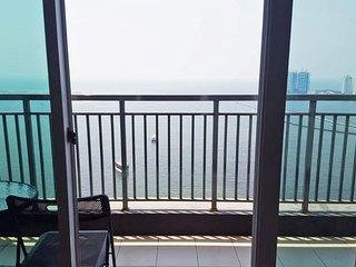 Greenbay condominium 3BR free wifi above the mall