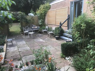 A very stylish studio with parking and private garden close to Cambridge