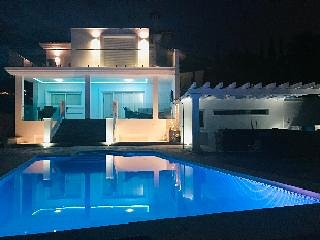 Villa Vetori Large Private Villa / 6 bedroom / Heated Swimming Pool / Pool Table, holiday rental in Benalmadena
