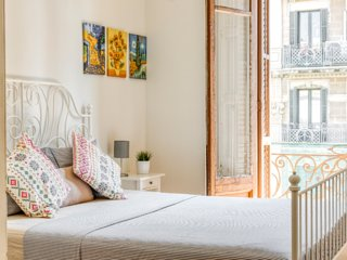 Sunny Apartment near Sagrada Familia