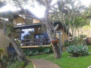 Casa duplex em condomínio fechado, montada, mobiliada e vista mar. Um luxo.