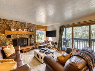 Upscale condo on shuttle route to Vail w/ a full kitchen, shared pool & tennis