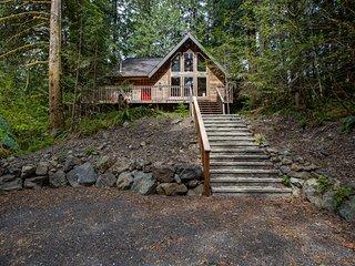 Mt. Baker Lodging  Cabin #78 – WIFI, FIREPLACE, PETS OK, HOT TUB, SLEEPS 8!