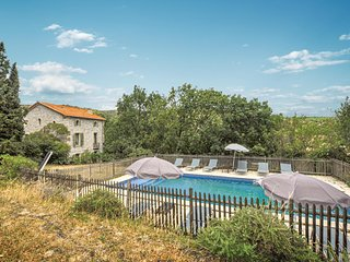 Amazing home in Cascastel-des-Corbièr. w/ Outdoor swimming pool and 4 Bedrooms