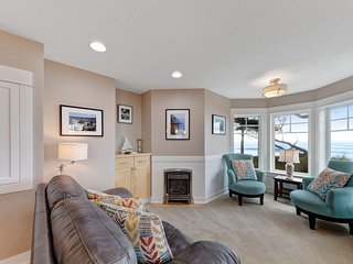 Oceanfront townhouse w/ private beach access & amazing hot tub/firepit!