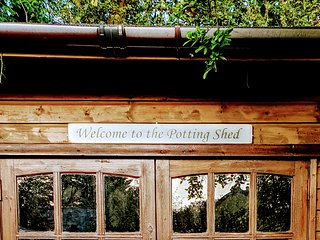 'The Potting Shed' near Tenby ⭐Cosy romantic retreat⭐HotTub⭐4-Poster⭐Breakfast