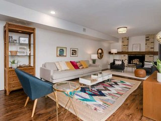 Mid-Century Modern Split-Level in Central ATX. Perfect for Big Groups, Families