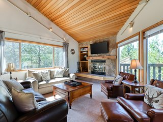 Gorgeous house w/ well-appointed deck, private hot tub, and 10 SHARC passes!