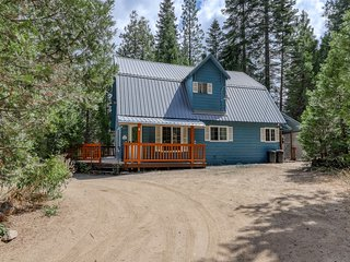 Remodeled cabin w/ deck & fireplace - walk to shops, restaurants, & the lake!