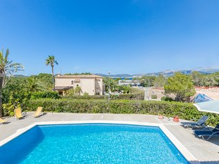 Villa Es Port Santa Ponca, villa with shared pool and city views, near the beach