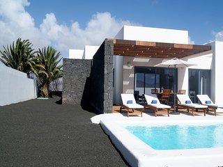 Playa Blanca Villa Sleeps 4 with Pool Air Con and WiFi - 5700478