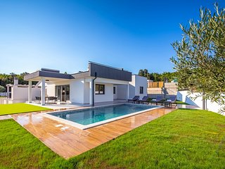 Brand new villa with private pool, roof terrace with jacuzzi and sea view