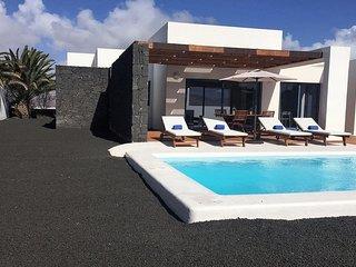 Playa Blanca Villa Sleeps 4 with Pool Air Con and WiFi - 5700475