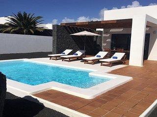 Playa Blanca Villa Sleeps 4 with Pool Air Con and WiFi - 5700472