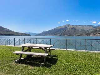 Sunny & bright Lake Como getaway w/ private balcony, lake views & kitchen!
