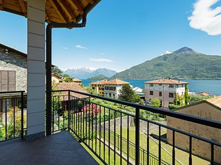 Charming apartment overlooking Lake Como w/ balcony & full kitchen!