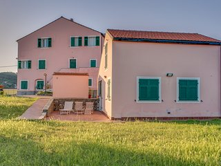 Convenient, functional flat - lovely Italian countryside - walk to beach & town!