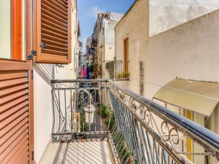 Classic Italian flat walking distance to the port & sea - relax on the balcony!