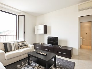 Large & stylish apartment right in the heart of the city, 5th floor w/ elevator!