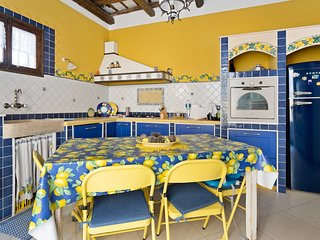Colorful apartment w/ WiFi - steps to the beach, dining & Old Town Square!