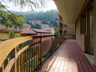Stylish flat w/ balcony and views - walk to the lake, ferry & historic center!