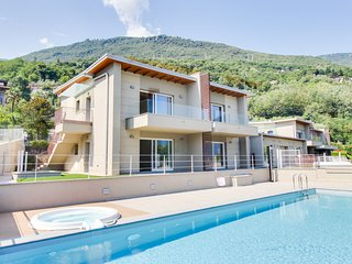 Gera Lario apartment w/ garden patio, shared pool & amazing lake/mountain view!