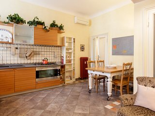 Conveniently located apartment in the heart of the city - near dining & sights!