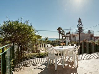 Sunny villa in Fontane Bianche w/ a balcony & sea views - walk to the shore