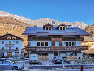Charming condo w/ balcony and mountain/valley views - close to skiing & hiking!