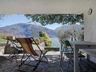 Colorful, artsy apartment w/ magnificent lake/mountain view & garden!