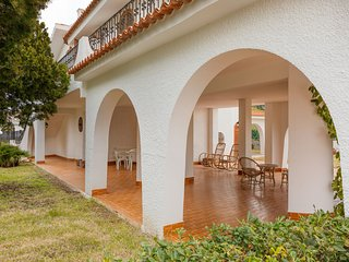 Dog-friendly villa with terraces, near the sea, walk to the beach!