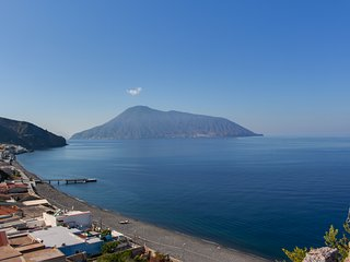 Lovely apartment w/ mountain & sea views - walk to the beach and dining!