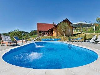 Nice home in Radakovo w/ Sauna, WiFi and Outdoor swimming pool