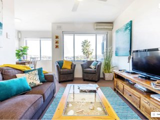 Manly Beach Pad with fabulous views & garage