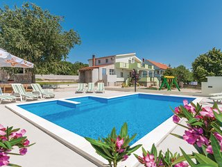 Nice home in Nadin w/ Outdoor swimming pool, WiFi and 5 Bedrooms