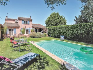 Beautiful home in Caumont sur Durance w/ Outdoor swimming pool, WiFi and 3 Bedro