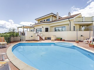 Awesome home in Bracciano RM w/ WiFi and 5 Bedrooms