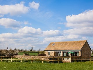 KEEPER'S BARN - Sleeps 2-4 - dog friendly - beautiful Cotswold views.