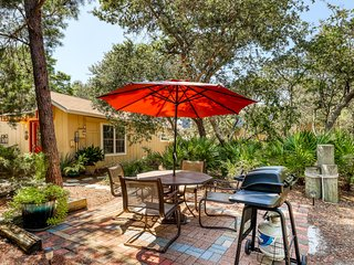 Charming beach cottage w/ covered patio & outdoor shower - walk to the beach!