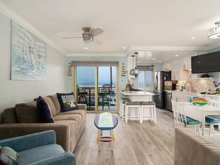 Beach View, 30 Steps to the sand or pool, Corner condo with extra windows and vi