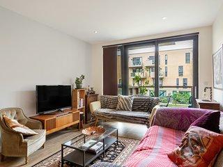 Beautiful 2 Bed Apt w/Balcony nr Canary Wharf