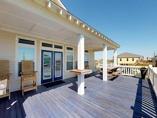 Lovely dog-friendly house with spacious deck - blocks from the water!