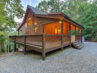 Beautiful cabin w/ hot tub, wrap-around deck & firepit - dogs welcome!