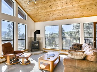 Beautiful townhome w/ deck & gas fireplace - close to country club & skiing!