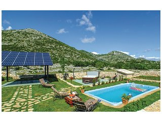 Stunning home in Podgora w/ Jacuzzi, WiFi and 2 Bedrooms