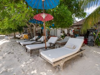 Bohemian Chic 4 BR Villa right on the beach