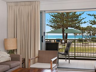 Kingston Court unit 3 - Beachfront unit easy walk to clubs, cafes and restaurant