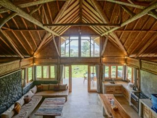 Charming 2 BR + 1 mezzanine chalet by the lake overlooking Mount Batur