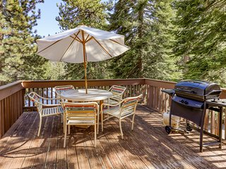 Cozy condo w/ shared pool & hot tub - walk to the marina on Huntington Lake!